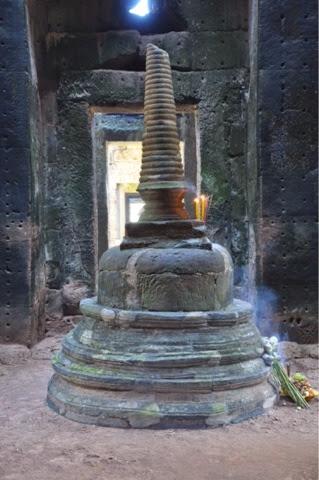 Architrave con la raffigurazione di Vishnu coricato su un fianco