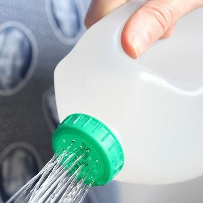 Hacer una regadera reciclando una botella.