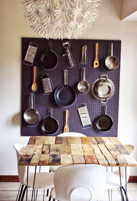 Exponer y decorar con herramientas de cocina.