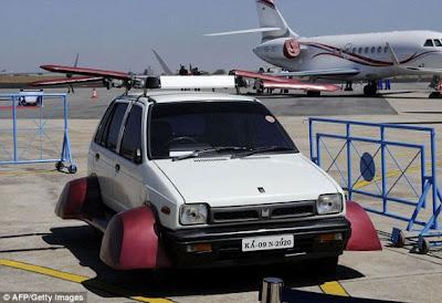 """""""飛行的馬魯蒂""""車頂部裝有旋轉葉片,四個車輪均有一個向外延伸的真空裝置"""