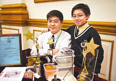 蘇俊(左)、劉政希(右)分別獲得賽事中學及小學組的「個人創作大獎」