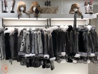 Les sublimes manteaux en phoque de The Natural Boutique à Saint-Jean de Terre-Neuve crédit photo : HDE