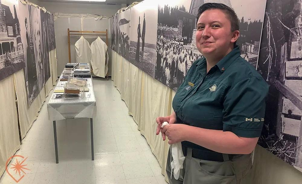 guide Parcs Canada visite en gants blancs alexander graham bell musée