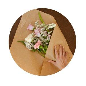 Blumen werden in Seidenpapier verpackt