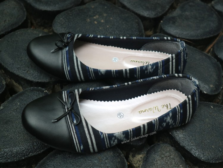 The Warna Flat Shoes