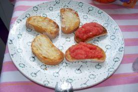 combina con tostadas de tomate