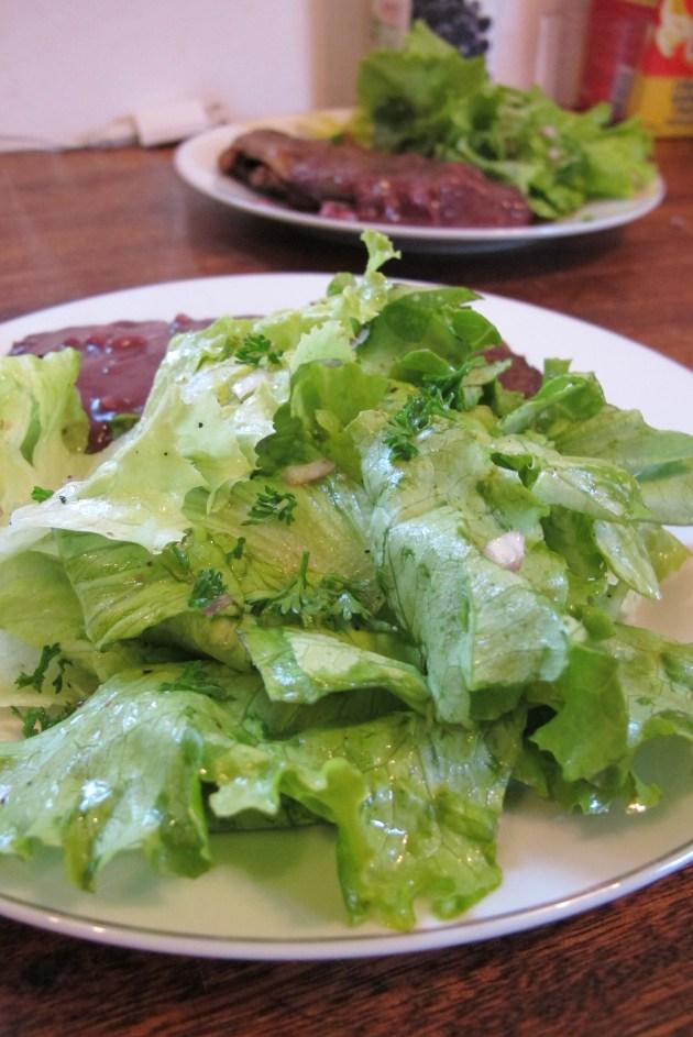 最後最好用手將沙拉拿起俖放肉排旁邊 對了!你可以加入ㄧ些妳喜歡的新鮮香料喔!