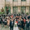 挙式会場の外でゲストとの集合写真