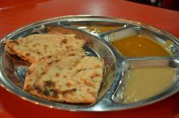 Indischer Naan mit diversen Saucen