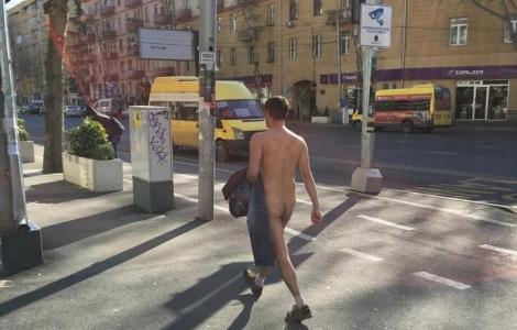 შიშველი მამაკაცი - პეკინის ქუჩაზე