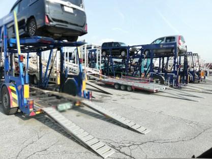 陸送業者は、こんなふうに くるまを、いつも 1人/トラック当たり いっぱいの数を運ぶことが、一番の好物です。