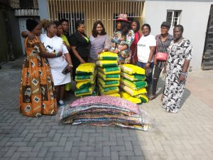 Jubilation as Mrs Guwor dole out wrappers, food items to PDP women leaders in Warri South West