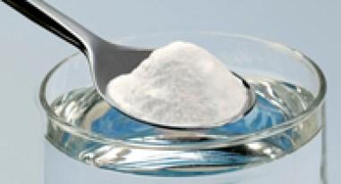 bicchiere con acqua e bicarbonato di sodio