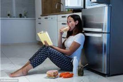donna che mangia cibo inadeguato leggendo