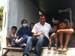 """El diputado federal, Samuel Gurrión Matías durante la visita de las jornadas ciudadanas """"Una Mano Amiga"""" convive con la población en general."""