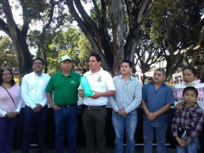 Instalarán árbol navideño elaborado con botellas de PET en Alameda de León