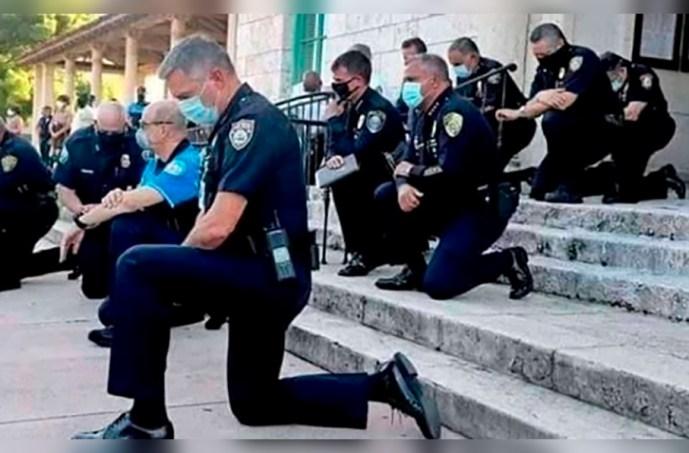 Policías de EEUU se arrodillan