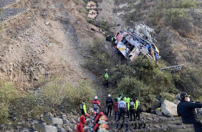 Por lo menos 29 personas murieron cuando un autobús con pasajeros cayó a precipicio en Perú