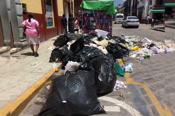 Paro de camiones recolectores causa invasión de basura en las calles de Oaxaca; acusan al alcalde por no cumplir con los contratos de trabajo
