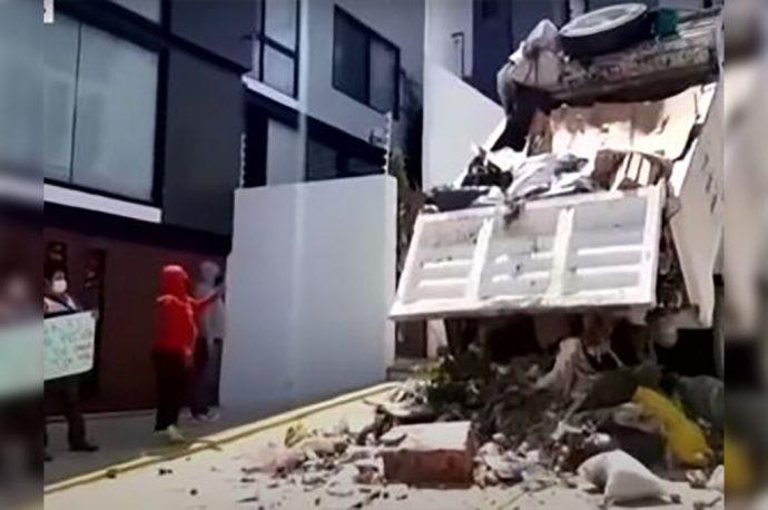 Dejan basura a fuera de la casa del alcalde en Oaxaca. Trabajadores de limpia publica siguen en protesta
