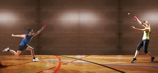 Une femme un homme qui joue au squash