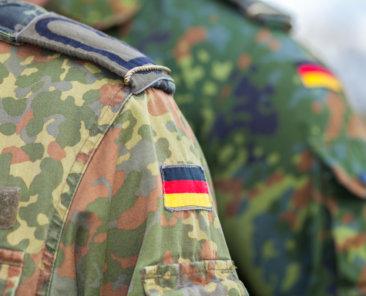 Die AfD will sich als Partei der Bundeswehr profilieren. Viele Mandatsträger sind Soldaten. Ziehen die Extremisten die Bundeswehr nach Rechts?