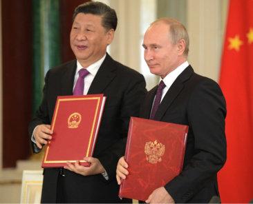 Der Westen benötige die Regionalmacht Russland, um die aufsteigende Grossmacht China einzudämmen, argumentiert mancher im politischen Berlin. Auch der französische Präsident Emmanuel Macron verfolgt diese Strategie. Liana Fix erörtert die Möglichkeit eines Bündnisses zwischen EU und Russsland und kommt zu einem eindeutigen Ergebnis: Macrons Plan sei nicht nur normativ fragwürdig, er sei auch geopolitisch naiv.