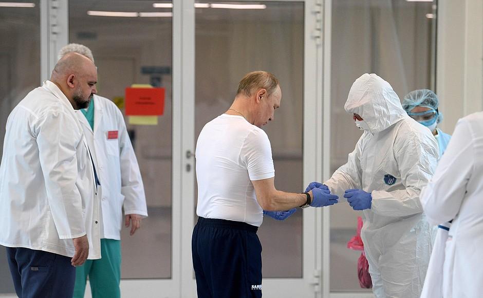 Die Corona / Covid-19 Pandemie weckt im Kreml Angst: Das System Putin scheint der Pandemiepolitik nicht gewachsen. Folgt der Zusammenbruch?, fragt Jan Claas Behrends für LibMod / Zentrum Liberale Moderne