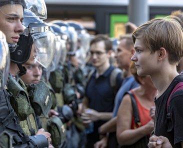 Menschen versuchen am 27.7.2019 zu Protesten auf der Twerskajastr. in Moskau zu gelangen. Foto: Aleksandr Beliakov/Shutterstock