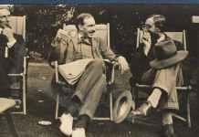John Maynard Keynes en 1915, entre Bertrand Russell (à gauche) et Lytton Strachey (à droite). Ottoline Morrell/Wikimedia