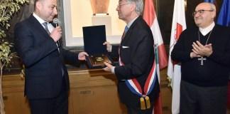le maire de Jezzine Khalil harfouche recevant du maire de Compiègne Philippe Marini un trophée commémoratif en présence de l'évêque maronite en France et en Europe monseigneur Nasser- Maroun Gemayel