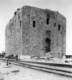 Le chemin de fer au pied de la tour au Lion, circa 1920. Tripoli, Nord Liban