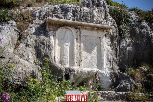 Stèle Assyrienne à Gauche. A l'intérieur d'un encadrement cintré se détache la silhouette d'un roi assyrien, la main droite levée. En l'Absence d'inscription,, cette stèle ne peut être datée de manière précise mais témoigne de la domination assyrienne dans la région au début du 1er millénaire avant JC. Stèle du Pharaon Ramsès II (1276 avant JC) à droite. Dans la partie supérieure de la stèle, une scène figurée représente le dieu égyptien Re Horakhty, offrant le sceptre de la victoire à Ramsès II qui tient un captif agenouillé. L'inscription Hyéroglyphique est en grande partie effacée aujourd'hui et a permis d'établir toutefois la date de la scèle à l'an 4 du règne du Pharaon, Soit 1276 avant JC. Celle-ci correspond à la première campagne asiatique de Ramès II en préparation à la bataille qui l'opposera à l'armée hittite à Qadesh. François el Bacha pour Libnanews.com