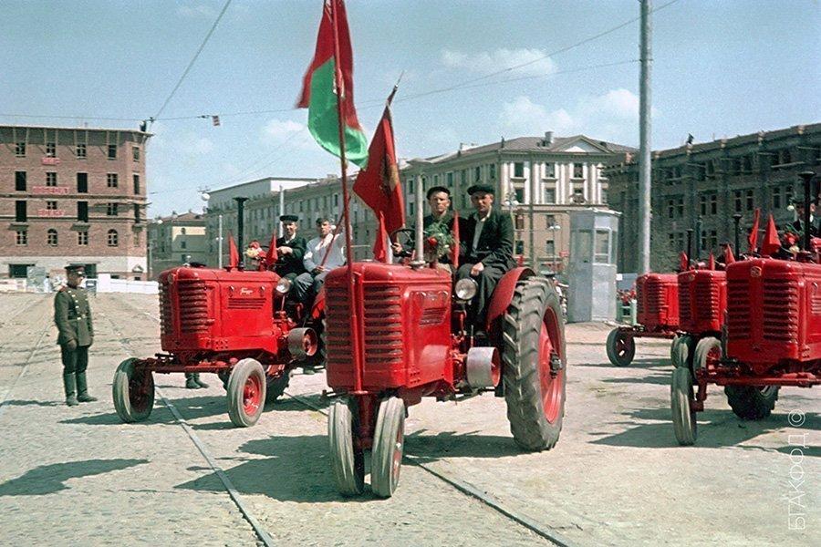 Белорусские трактора уже в конце 1940-х — начале 1950-х символизировали БССР и на парадах, и в жизни.