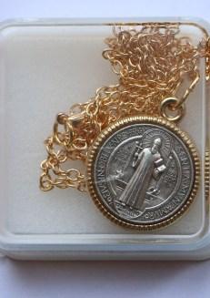 médaille saint benoît sur chaîne