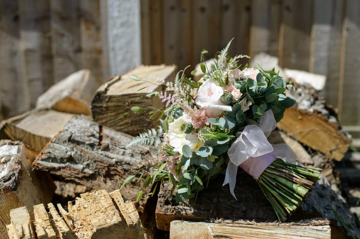 brides-bouquet-on-wood