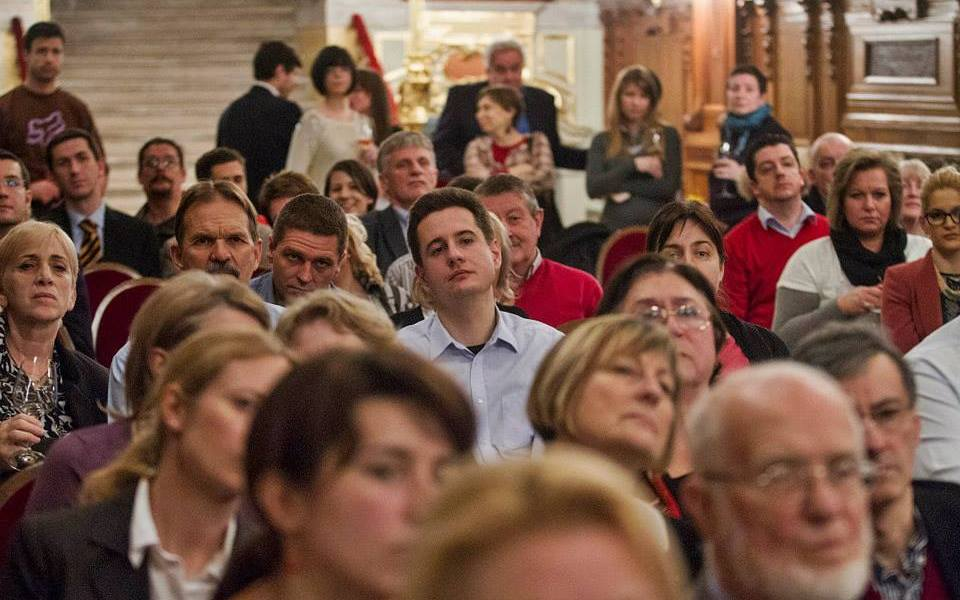 A közönség feszülten figyel