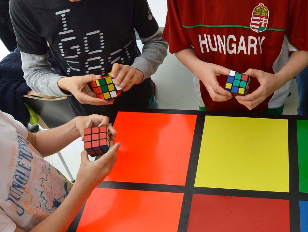 Gyerekek Rubik-kockákkal játszanak a Rubik 40. - A magyar kreativitás napja elnevezésű napon a Design Terminálban 2014. április 27-én. MTI Fotó: Illyés Tibor