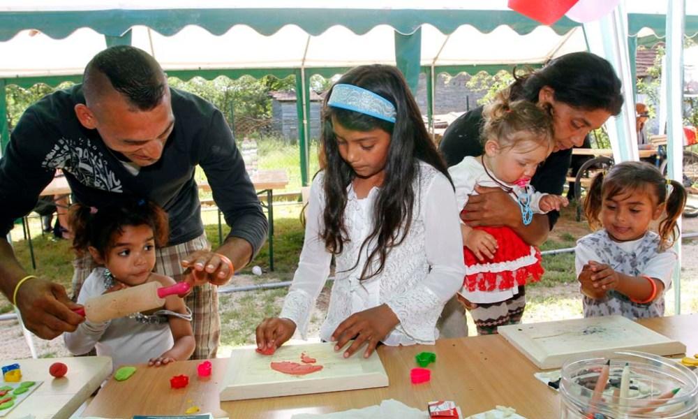 Kézműves-foglalkozás az újonnan átadott bódvalenkei Biztos Kezdet Gyerekház udvarán 2014. május 29-én. MTI Fotó: Vajda János