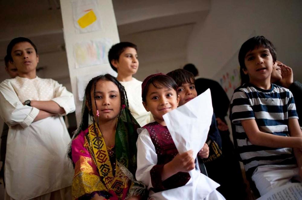 Menekült gyermekek a Baptista Integrációs Központ menekülteket és oltalmazottakat befogadó Családok Átmeneti Otthonában a megnyitó után Budapesten 2014. május 30-án. MTI Fotó: Marjai János