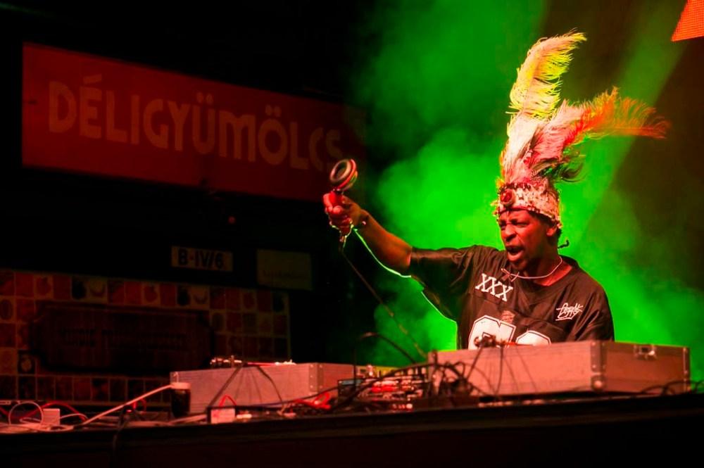 Ütős zene. Remi Kabaka a Gorillaz Sound System koncerten a Budapest Essentials fesztiválon, a Fővám téri Nagycsarnokban (hivatalos nevén Központi Vásárcsarnok) 2014. május 31-én.