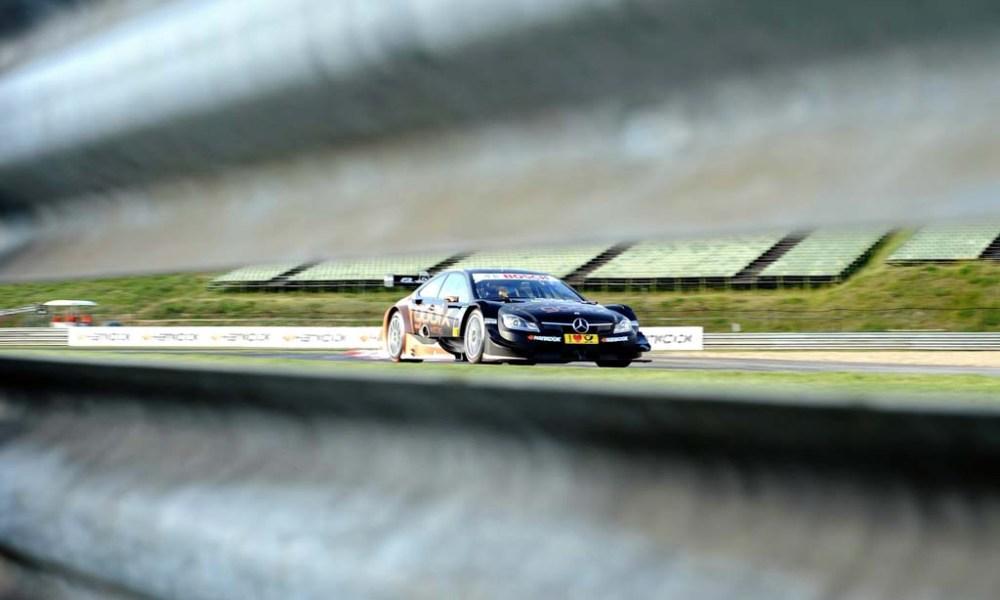 Pascal Wehrlein, a Mercedes-Benz német pilótája a német túraautó-bajnokság (DTM) magyarországi futamának időmérő edzésén a mogyoródi Hungaroringen 2014. május 31-én.