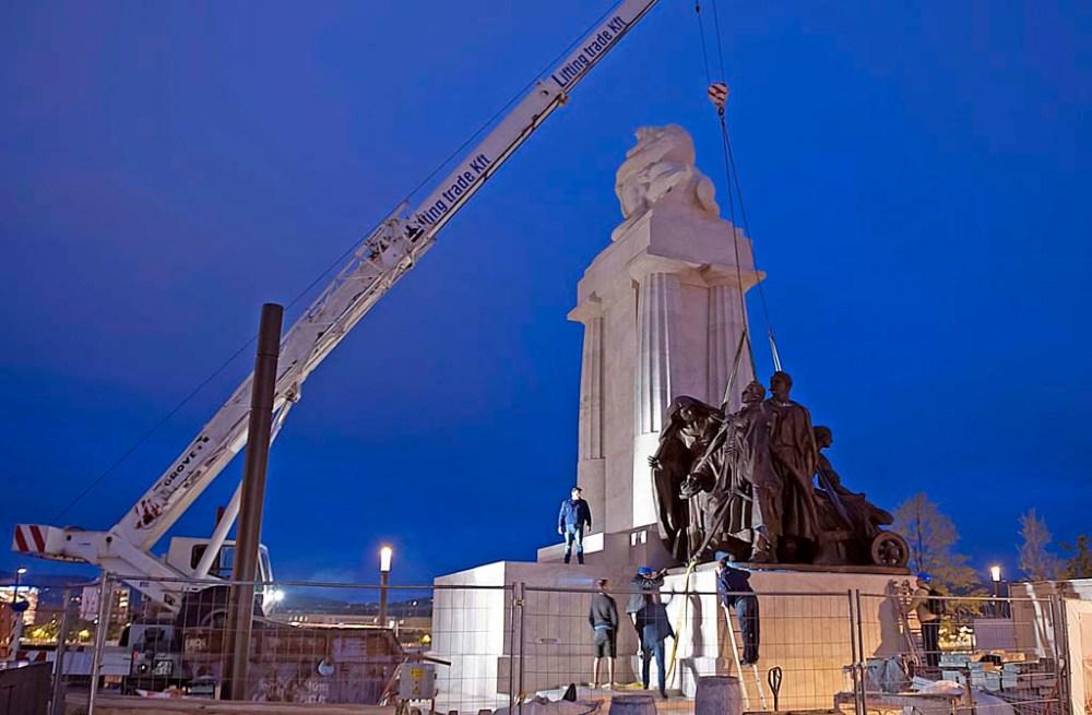 Daruval emelik a Tisza István-emlékmű talapzatára a Magvető szoborkompozíciót 2014. május 30-án este. A Kossuth tér átépítése során, a Parlament északi oldalán eredeti állapotban állítják helyre a néhai miniszterelnöknek emléket állító szoborcsoportot, Zala György szobrászművész alkotását. Az 1934 áprilisában leleplezett emlékmű főalakját 1945-ben ledöntötték, a többi része 1948-ig a helyén maradt. A jobb oldali, amely eredetileg a Magyar bőség nevet viselte, Esztergomba került, a Munka, majd a Magvető elnevezést kapta. 2014 februárjában szállították el restaurálásra Hatvanba, ahonnan május 30-án vitték Budapestre. MTI Fotó: Lakatos Péter