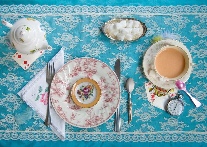 Igyál egy kis bort - kínálgatta őt nyájasan Április Bolondja. Alice keresgélt az asztalon, de nem talált mást, csak teát. (Lewis Carroll: Alice Csodaországban)