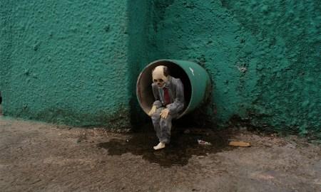 Isaac Cordal rémisztő miniszobrai új szintre emelik az utcai művészetet