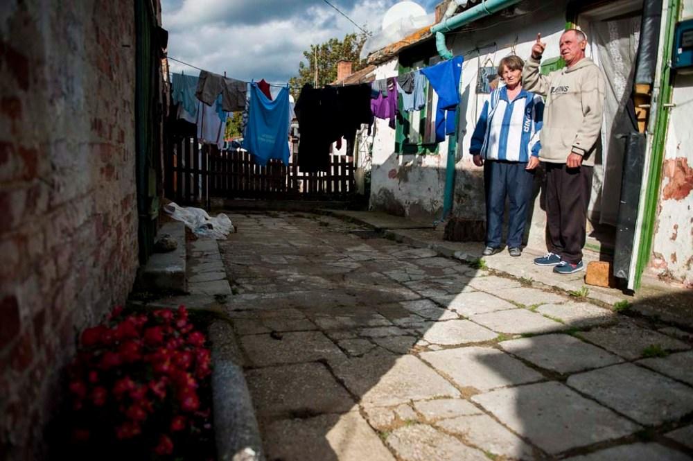 Lakók a pécsi György-telepen 2014. október 17-én. Czibere Károly, az Emberi Erõforrások Minisztériuma szociális ügyekért és társadalmi felzárkózásért felelõs államtitkára a szegénység világnapja alkalmából az ország egyik legszegényebb városrészében, a György-telepen tartott sajtótájékoztatón hangsúlyozta, hogy a kormányzat elkötelezett az iránt, hogy elérje: Magyarországon ne legyen olyan család, amely nyomorban tengõdik. MTI Fotó: Sóki Tamás