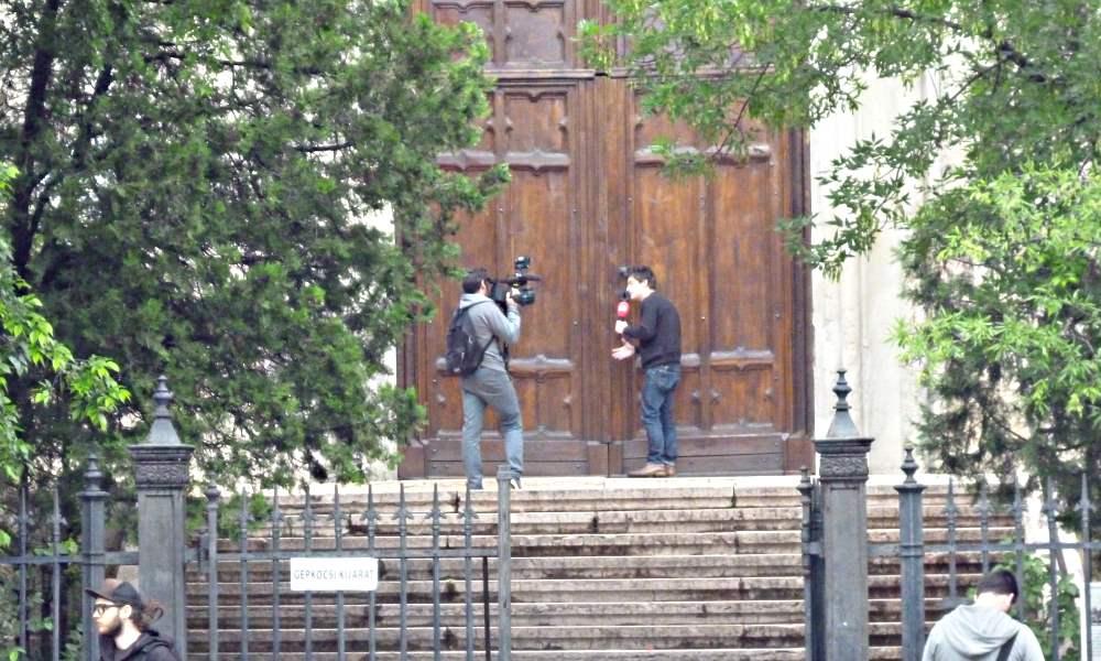 A szentmise annak ellenére zárt ajtók mögött zajlott, hogy a demonstrálóknak eszébe sem jutott bemenni. A sajtó képviselői a kulcslyukon át is próbálkoztak...