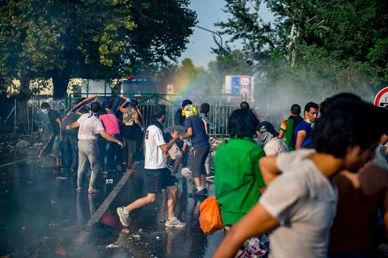 Horgos, 2015. szeptember 16. Rendőrök vízágyút vetnek be az őket a határ szerb oldaláról dobáló illegális bevándorlókkal szemben Horgos-Röszke határátkelőhelynél 2015. szeptember 16-án. MTI Fotó: Sóki Tamás