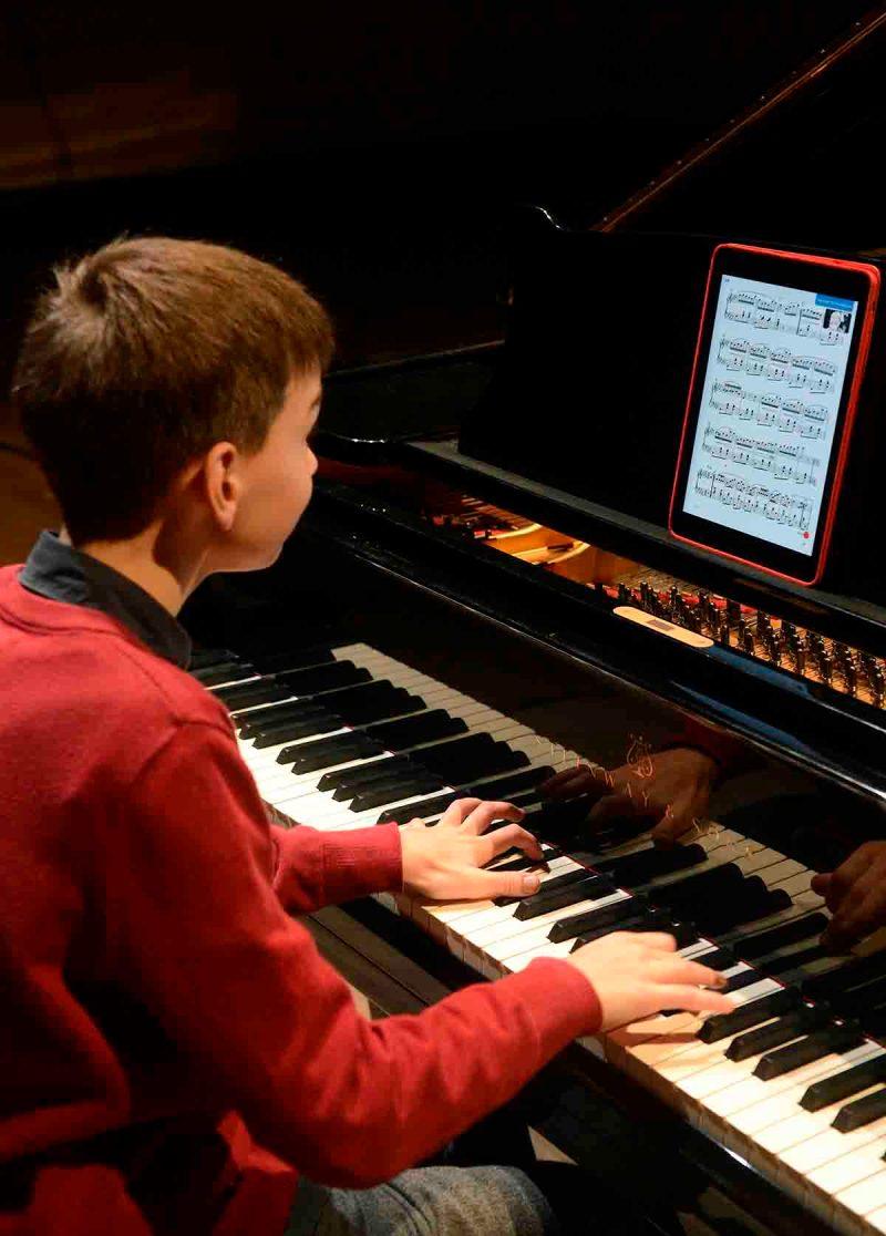Budapest, 2015. október 13. Boros Misi zongorista mutatja be egy Apple iPad táblagép segítségével a Musica Piano kottaalkalmazást a Budapest Music Centerben tartott sajtóbemutatón 2015. október 13-án. Az egyelőre csak a zongorairodalmat felölelő, de idővel más komolyzenei műfajokra is kiterjesztésre kerülő, nagyrészt ingyenes alkalmazás a klasszikus zene játszását és oktatását gazdagíthatja. MTI Fotó: Soós Lajos