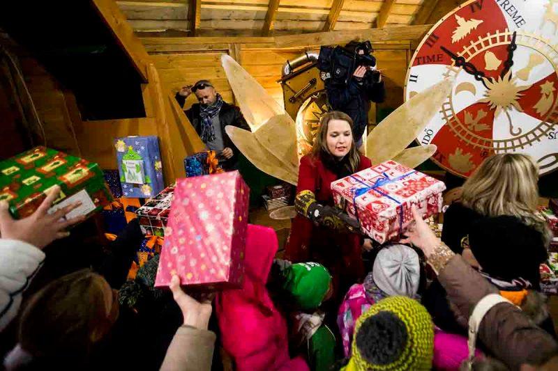 Budapest, 2015. november 29. A Baptista Szeretetszolgálat jótékonysági akciójának központi gyűjtőhelye, a Cipősdoboz Vár Budapesten, a Deák téren 2015. november 29-én. MTI Fotó: Balogh Zoltán